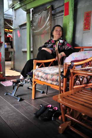 Ho's wife, who has difficulties in talking and walking after suffering four strokes, exercises every morning to get recuperation. She enjoys living in Tai O, where she has many beautiful memories.